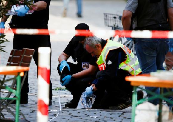 Policía alemana reúne indicios en el lugar donde atacante islamista se inmoló.<br> Foto: Reuters