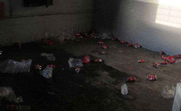 Así quedó la tribuna Ámsterdam tras los incidentes en el partido entre Peñarol y Nacional. Foto: Ariel Colmegna - El País