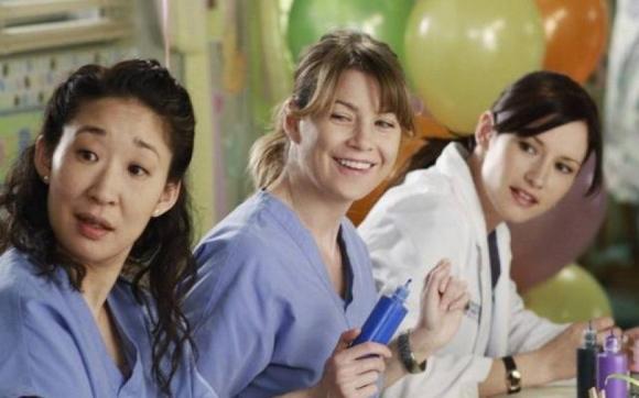 Lexie junto a Christina (Sandra Oh) y su hermana Meredith (Ellen Pompeo).