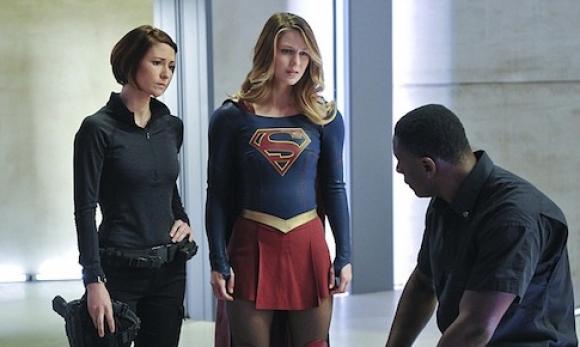 Alex con su hermana Kara/Supergirl y Hank, otro extraterrestre bueno.