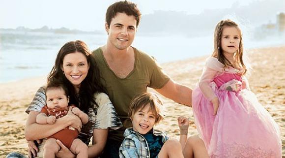 Una foto de hace unos años junto a su esposo Nathan Westa y sus tres hijos.