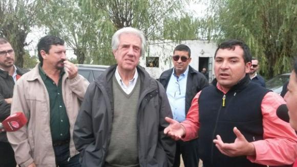 Tabaré Vázquez de recorrida en San Ramón. Foto: Twitter @SCpresidenciauy