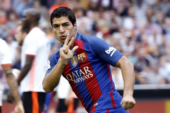 Luis Suárez estuvo en el lugar correcto para anotar el 2-2 ante Valencia. Foto: EFE