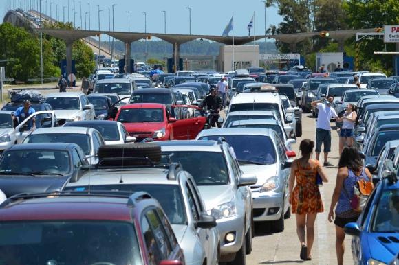 Largas filas para el ingreso a Uruguay en el puente internacional. Foto: Daniel Rojas
