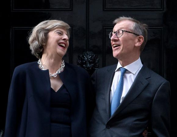 La primera ministra y su marido Philip May, en el 10 de Downing Street. Foto: AFP