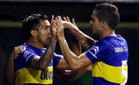 Los jugadores de Boca se saludan luego del triunfo del
