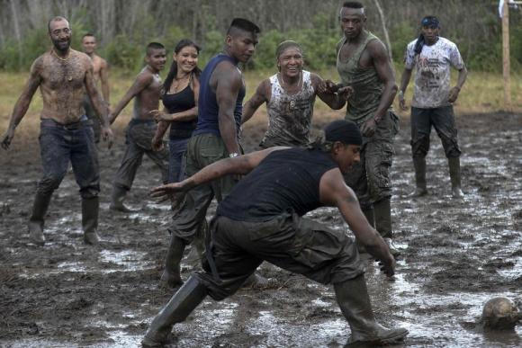 Guerrilleros de las FARC celebraron la paz jugando al fútbol por primera vez en 10 años. Foto: AFP.