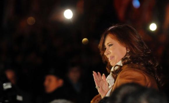 Cristina Fernández fue recibida por una multitud tras su arribo a Buenos Aires. Foto: AFP