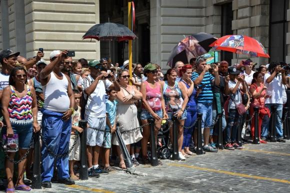 Cubanos esperan la llegada de los pasajeros. Foto: AFP