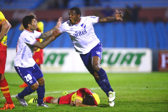 Hugo Silveira festeja su primer gol en Nacional, contra Villa Española. Foto: Gerardo Pérez.