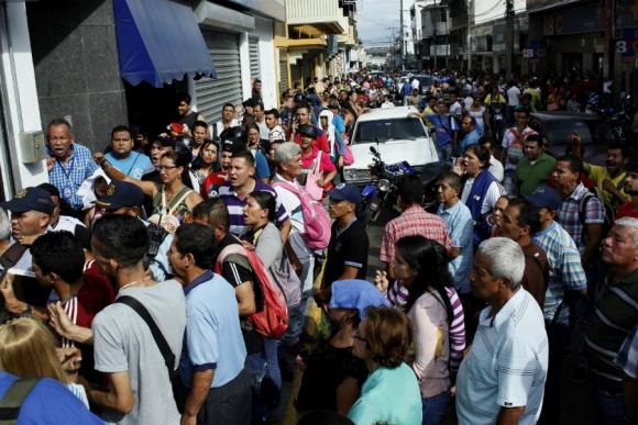 Largas colas en los bancos venezolanos tras el anuncio de Maduro. Foto: Reuters