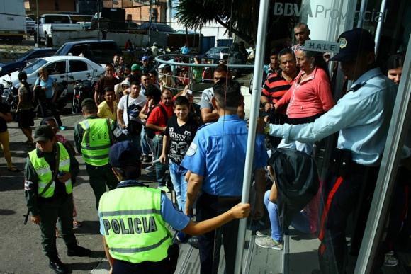 Largas colas en los bancos venezolanos tras el anuncio de Maduro. Foto: AFP