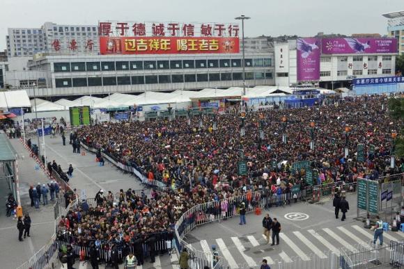 Miles de personas en la estación de Guangzhou. Foto: AFP