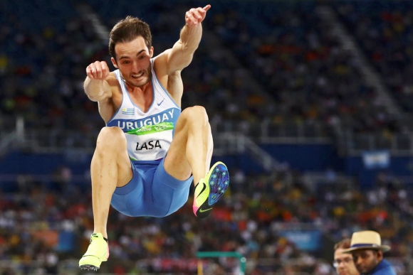 Emiliano Lasa en su participación en la final de salto largo. Foto: Reuters.