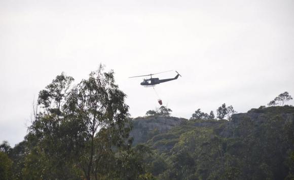 Trabajan para apagar el incendio en Cerro del Toro. Foto: Ricardo Figueredo.