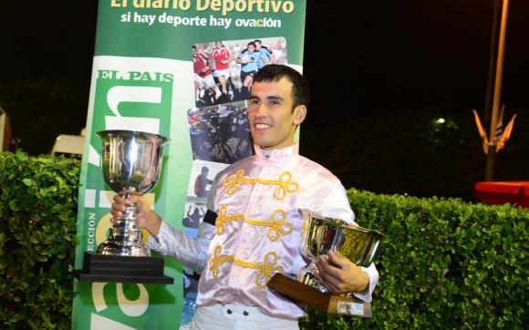 Copas. Las exhibe el jockey salteño Luis Alberto Cáceres Aranda luego de su triunfo en el Ramírez.
