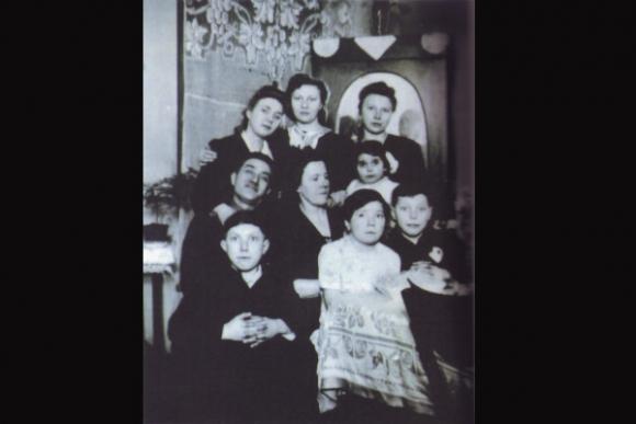Giza, la más pequeña en la foto con su familia adoptiva polaca.