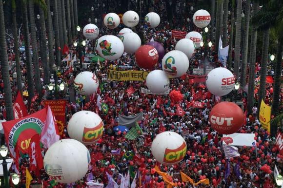 Militantes del PT marchan en apoyo al gobierno de Rousseff. Foto: AFP