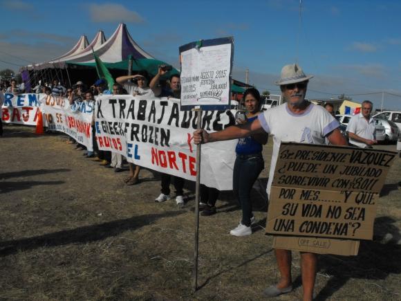 Manifestaciones ante el Consejo de Ministros en Artigas. Foto: Luis Pérez