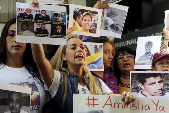 Tintori junto a otros activistas reclaman por la libertad de presos políticos.<br> Foto: Reuters