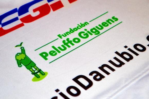 El logo de la Peluffo Giguens en la camiseta de la franja. Foto: Danubio Fútbol Club.