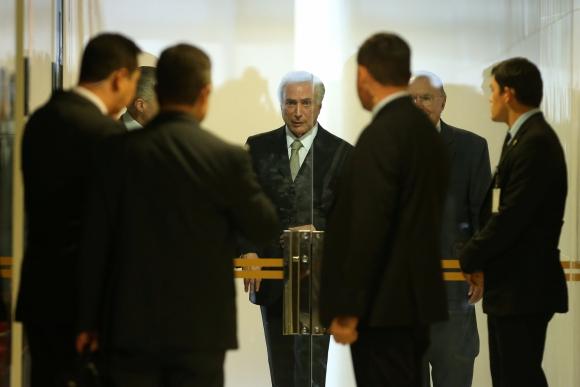 Michel Temer,  junto a sus asesores y su personal de seguridad. Foto: Reuters