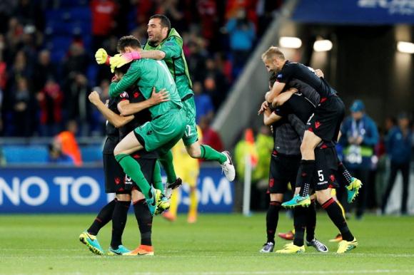 El festejo de los albaneses luego de la victoria. Foto: EFE