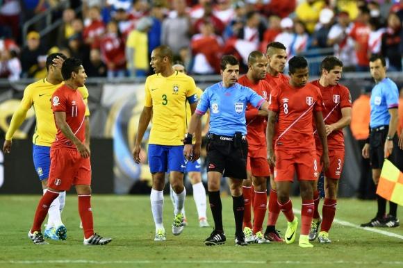 Andrés Cunha tuvo un polémico arbitraje en Brasil-Perú. Foto: AFP.
