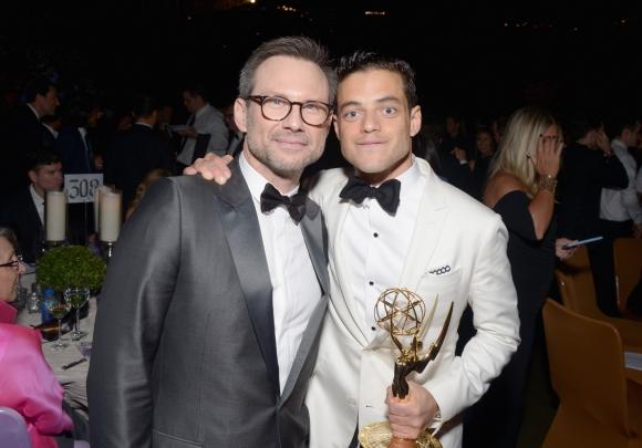 Christian Slater posa con Rami Malek, ganador como Mejor Actor por <i>Mr. Robot.</i>