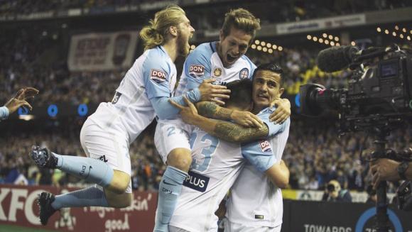 Fornaroli abrazado por sus compañeros tras su gol. Foto: @MelbourneCity