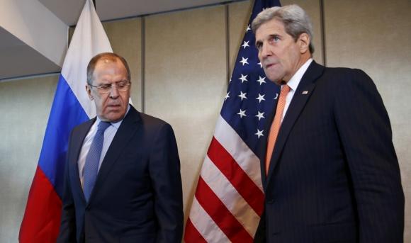 Los jefes diplomáticos de Rusia y EE.UU. entran a la reunión. Foto: Reuters