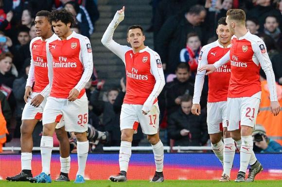 Alexis Sánchez festeja su gol para el Arsenal. Foto: Reuters.