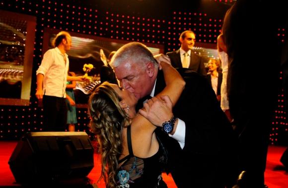 El beso de Alberto Sonsol y su esposa, Patricia Datz, cuando el conductor ganó el Iris de oro. Foto: Marcelo Bonjour