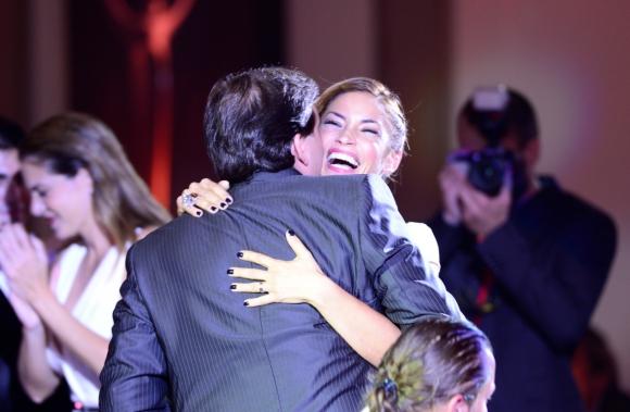El abrazo entre El Piñe y Claudia Fernández cuando ella ganó el Iris como conductora. Foto: Gerardo Pérez