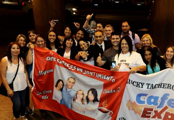 Ariel Pérez celebró su Iris del Público con los fans que lo esperaban en la puerta. Foto: Darwin Borrelli