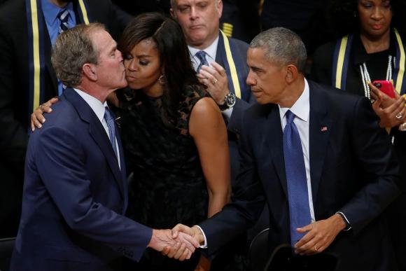Bush, Obama y la primera dama en el funeral por la masacre en Dallas. Foto: Reuters