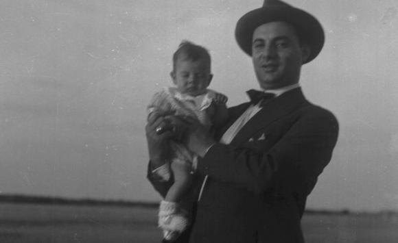 Jorge Batlle en brazos de Luis Batlle Berres. Foto: Colección Caruso.