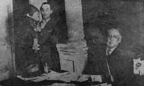 Jorge Batlle en brazos de su padre Luis Batlle Berres y José Batlle y Ordóñez,año 1928. Foto: Archivo EL PAÍS