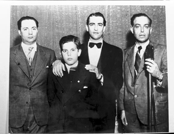 Jorge Batlle Ibañez de niño junto a su padre Luis Batlle Berres y Hugo del Carril y juan Gestoso socio en radio Ariel . Foto: Archivo EL PAÍS