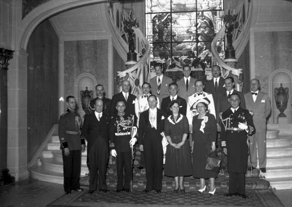 jorge Batlle, arriba a la izquierda, en una recepción oficial acompañando a su padre Luis Batlle  Berres en una recepción oficial en el Palacio Estevez. Foto: Archivo El PAÍS