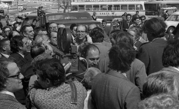 Las fuerzas conjuntas detienen a Batlle al llegar a Acción, en 1972. Foto: Archivo El País.