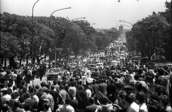 Caravana pidiendo la liberación de Jorge Batlle, luego que fuera detenido por las fuerzas conjuntas. Foto: Colección Caruso/EL PAÍS
