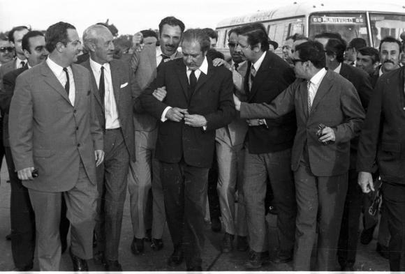 En 1970 Jorge Batlle se enfrentó en duelo con Manuel flores Mora. En la foto Flores Mora se prepara para el enfrentamiento. Foto: Archivo EL PAÍS