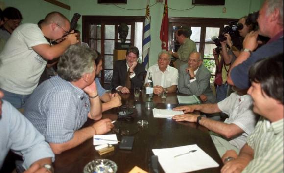 Batlle y Hierro López reunidos con el Pit-Cnt en la campaña electoral de 1999. Foto: Archivo El País.