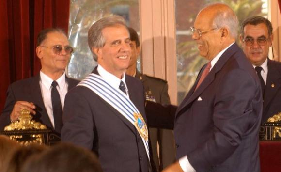 Batlle entrega la banda presidencial a Tabaré Vázquez, en 2005. Foto: Archivo El País.
