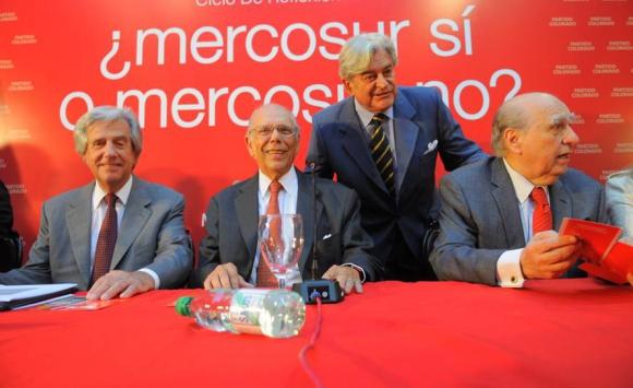 Batlle junto a Vázquez, Lacalle y Sanguinetti. Foto: Archivo El País.
