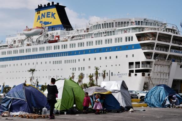 El Puerto de Pireo pasó a ser el hogar de miles de refugiados. Foto: AFP
