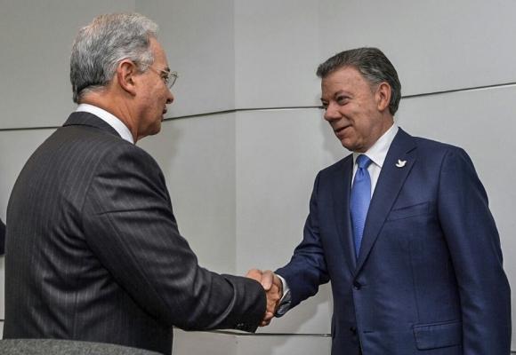 Santos y Uribe estrecharon ayer las manos por primera vez en cinco años. Foto: AFP