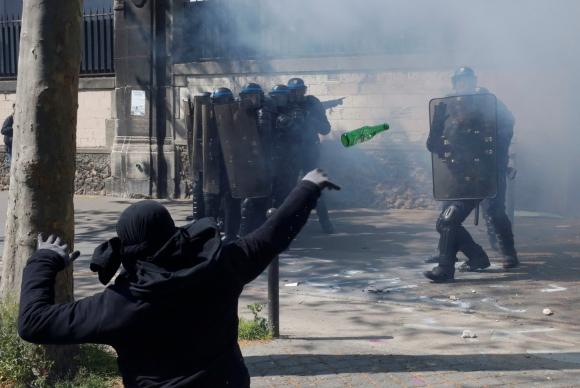 Disturbios en Francia por el Día del Trabajador. Foto: Reuters