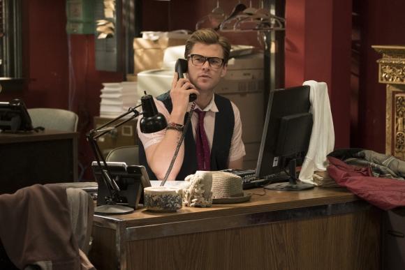 Kevin atiende el teléfono y cree que los pedidos de auxilio son bromas.